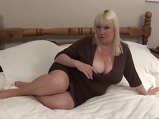 Blonde mature dabbler with massive juggs penetrating her pussy